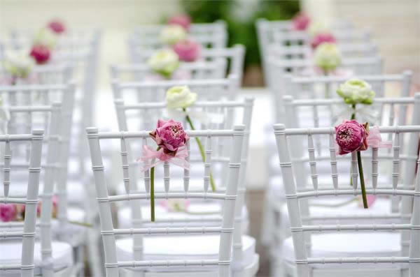Decoraties met bloemen voor trouwlocatie