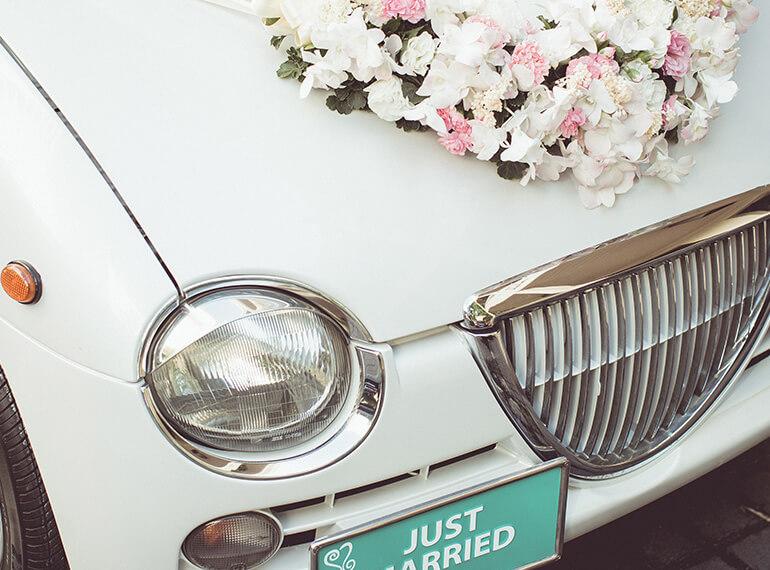 decoraties en versiering van de bruidsauto