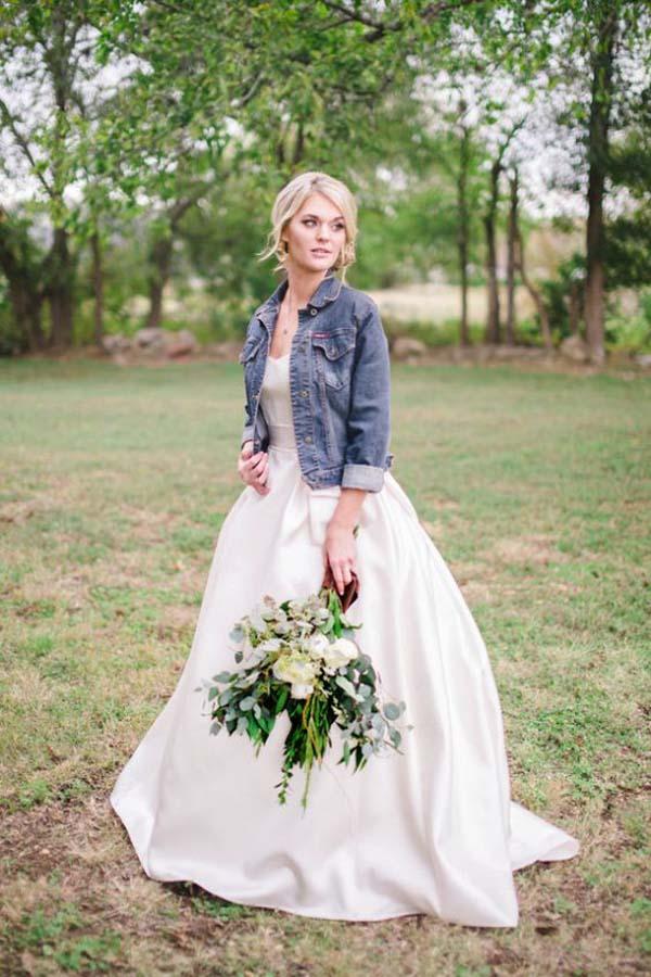 Spijkerjasje bij A-lijn trouwjurk