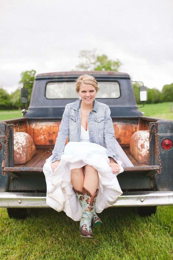 Spijkerjasje bruid met cowboylaarzen