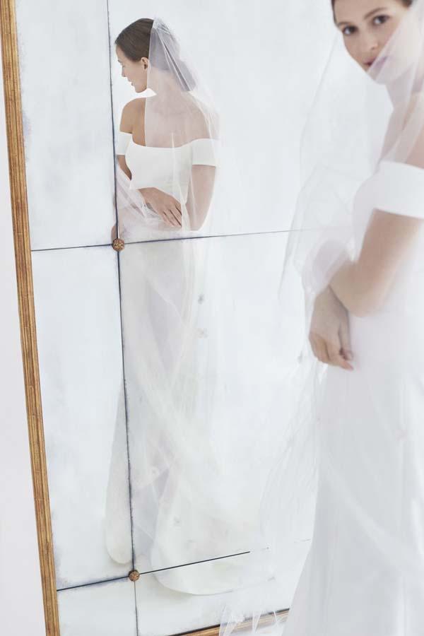 trouwjurk in spiegel