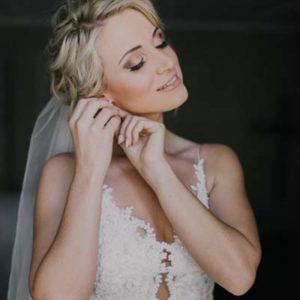 Gebruik glans voor de bruidsmake-up