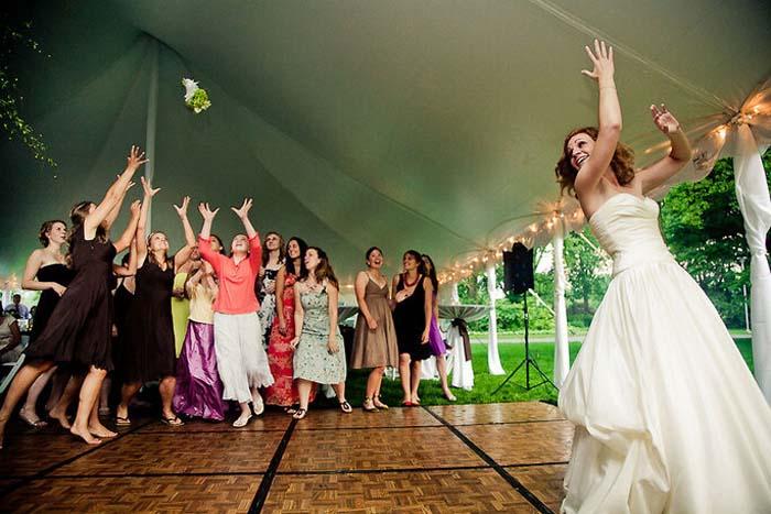 Het bruidsboeket weggooien