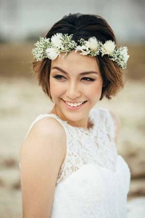 Bloemenkrans kort haar bruidskapsel