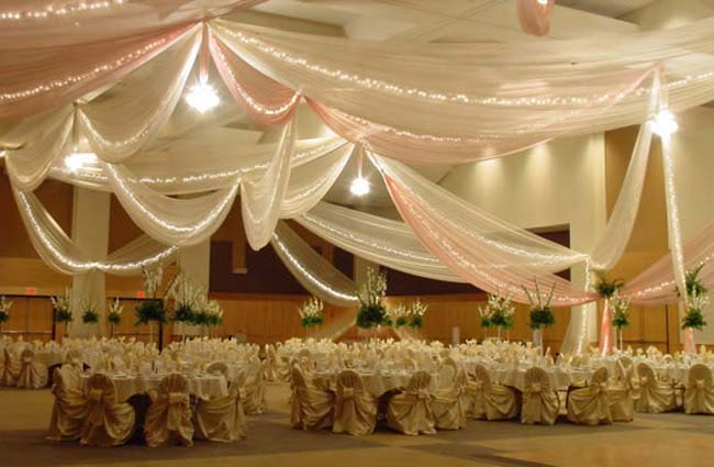 Draperen plafond zaal bruiloft