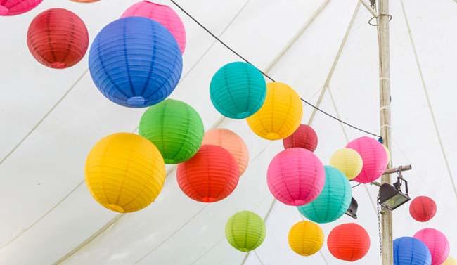 Kleurrijke bruiloft lampionnen