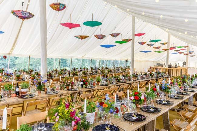 Kleurrijke plafon decoratie bruiloft