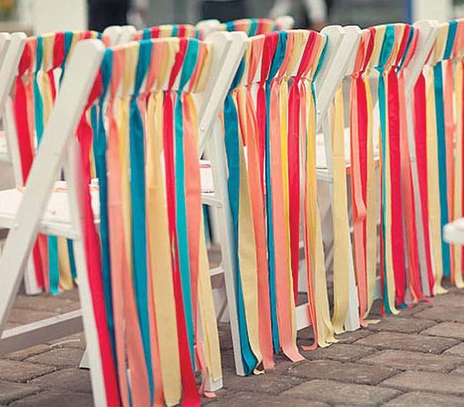 kleurrijke linten aan stoelen ceremonie