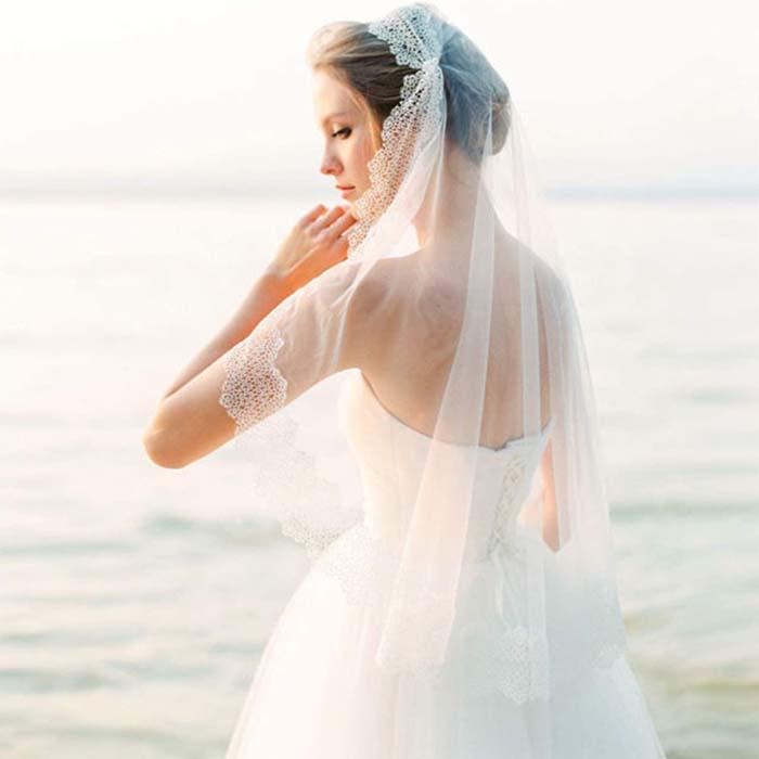 Simpele trouwjurk met sluier