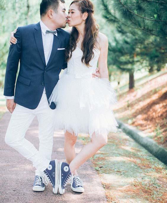 Sneakers onder een korte trouwjurk