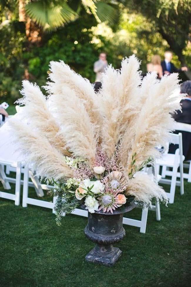 Grote vazen gevuld met pampasgras